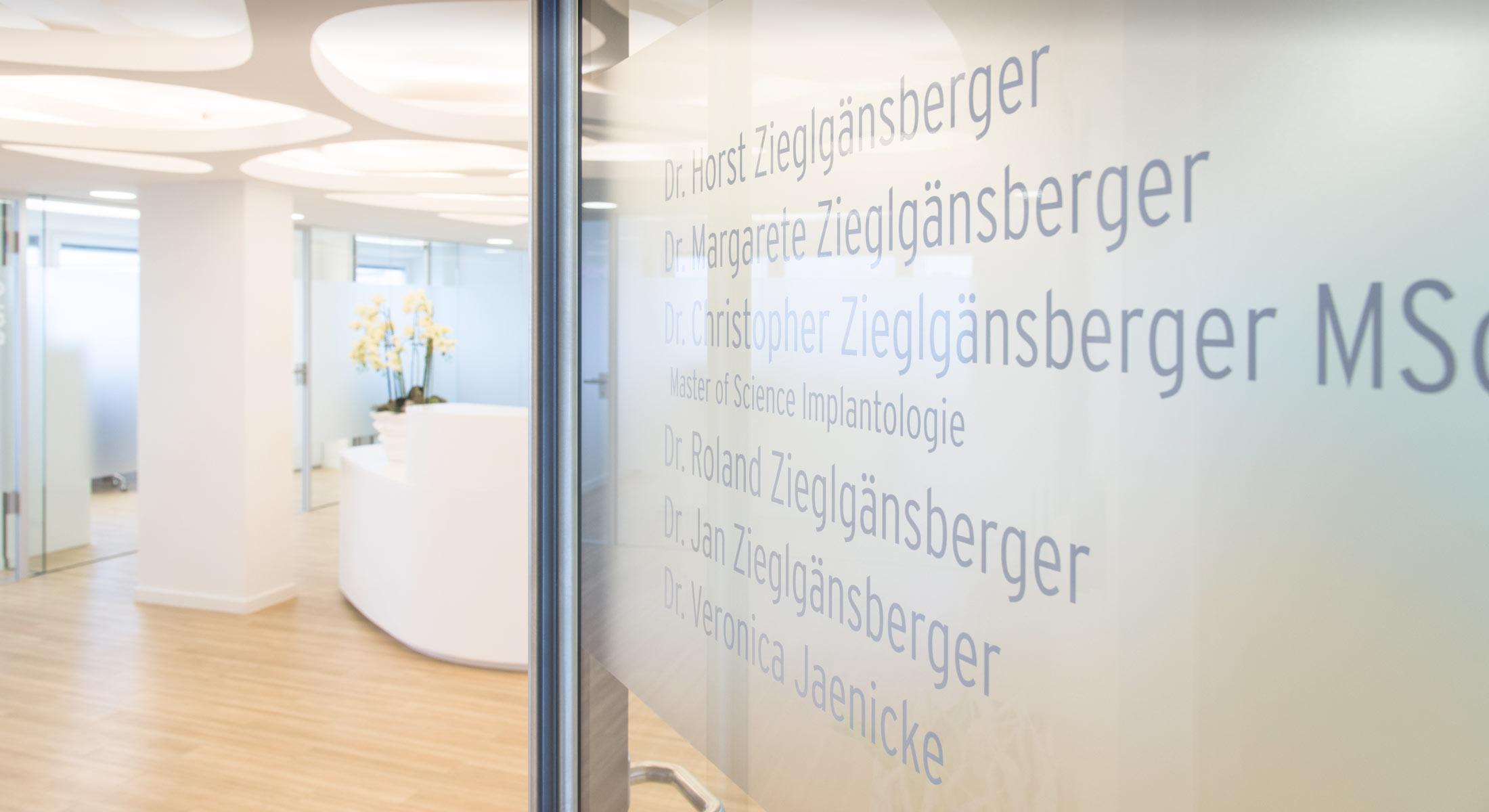 Empfangsbereich der Zahnarztpraxis Zieglgänsberger in Dietzenbach/Kreis Offenbach/Hessen bei Frankfurt