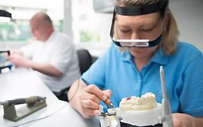 Zahntechnik-Meister-Labor: Anfertigung von hochwertigem Zahnersatz in der Zahnarztpraxis Zieglgänsberger, Dietzenbach, Kreis Offenbach, Hessen