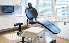 Behandlungsraum der Zahnarztpraxis Zieglgänsberger in Dietzenbach, Kreis Offenbach/Hessen