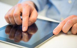 Tablet mit Website der Zahnarztpraxis Zieglgänsberger in Dietzenbach, Kreis Offenbach/Hessen - hier klicken, um zur Seite Links zu gelangen